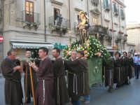 festeggiamenti in onore di Sant'Antonio di Padova: la statua del Santo portata in processione nel corso 6 Aprile - 13 giugno 2007  - Alcamo (2710 clic)