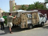 si vende l'aglio - Sullo sfondo il Castello dei Conti di Modica - Piazza della Repubblica - 18 giugno 2006  - Alcamo (1233 clic)