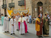 Festeggiamenti in onore di Maria Santissima dei Miracoli - Corso VI Aprile: corteo storico trionfale (fra Medioevo ed età Barocca) - 20 giugno 2005  - Alcamo (1451 clic)