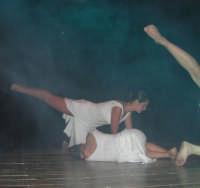 presso il Teatro Cielo d'Alcamo, il Saggio di danza, diretto da Rosanna Stabile - ARTE LIBERA - I Colori del mondo: LA PACE (foto 91)- 16 giugno 2007  - Alcamo (1055 clic)