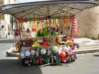 kalia e simenza ed altro ancora dinanzi al Castello dei Conti di Modica - Piazza della Repubblica - 18 giugno 2006  - Alcamo (1255 clic)