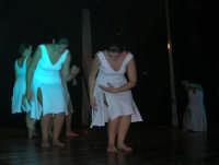 presso il Teatro Cielo d'Alcamo, il Saggio di danza, diretto da Rosanna Stabile - ARTE LIBERA - I Colori del mondo: LA PACE (foto 95)- 16 giugno 2007  - Alcamo (937 clic)