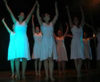 presso il Teatro Cielo d'Alcamo, il Saggio di danza, diretto da Rosanna Stabile - ARTE LIBERA - I Colori del mondo: LA PACE (foto 96)- 16 giugno 2007  - Alcamo (986 clic)