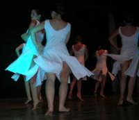 presso il Teatro Cielo d'Alcamo, il Saggio di danza, diretto da Rosanna Stabile - ARTE LIBERA - I Colori del mondo: LA PACE (foto 97)- 16 giugno 2007  - Alcamo (952 clic)