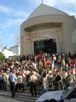 Festa del Sacro Cuore: dinanzi alla Parrocchia, nel viale Europa, si sta per avviare la processione - 15 giugno 2007  - Alcamo (1402 clic)