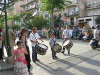 Festa del Sacro Cuore - viale Europa: il rullo dei tamburi  annuncia il passaggio della processione - 15 giugno 2007  - Alcamo (1866 clic)