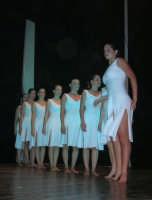 presso il Teatro Cielo d'Alcamo, il Saggio di danza, diretto da Rosanna Stabile - ARTE LIBERA - I Colori del mondo: LA PACE (foto 99)- 16 giugno 2007  - Alcamo (938 clic)