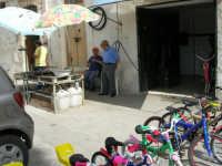 qui si riparano (e si vendono) le biciclette - Piazza della Repubblica - 18 giugno 2006   - Alcamo (1158 clic)