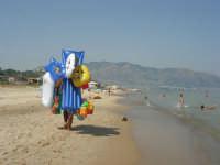 c/da Canalotto - calma assoluta: mare piatto. Passa un ambulante - 21 luglio 2007   - Alcamo marina (936 clic)