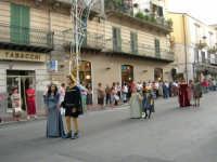 Festeggiamenti in onore di Maria SS. dei Miracoli - Patrona di Alcamo - Corso VI Aprile - Corteo Storico a cura dell'Ass. Cavalieri di S. Giorgio - 20 giugno 2006   - Alcamo (1147 clic)