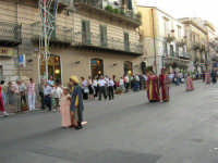 Festeggiamenti in onore di Maria SS. dei Miracoli - Patrona di Alcamo - Corso VI Aprile - Corteo Storico a cura dell'Ass. Cavalieri di S. Giorgio - 20 giugno 2006   - Alcamo (1113 clic)