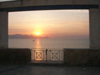 dalla finestra del Belvedere: tramonto sul golfo di Castellammare - 1 giugno 2007   - Balestrate (2199 clic)