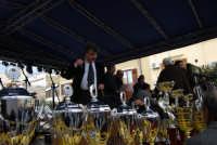Festa di li Schietti - Piazza Duomo - il presentatore - sul palco, durante l'iscrizione alla gara dell'alzata dell'albero, le coppe sono già pronte - 23 marzo 2008   - Terrasini (2187 clic)