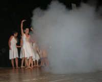 presso il Teatro Cielo d'Alcamo, il Saggio di danza, diretto da Rosanna Stabile - ARTE LIBERA - I Colori del mondo: LA PACE (foto 102)- 16 giugno 2007  - Alcamo (1054 clic)