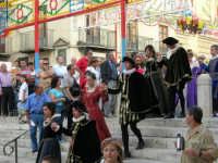 Festeggiamenti in onore di Maria Santissima dei Miracoli - Piazza Mercato: Discesa al Santuario; il Corteo durante il cerimoniale della Calata - 20 giugno 2005  - Alcamo (1853 clic)