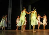 presso il Teatro Cielo d'Alcamo, il Saggio di danza, diretto da Rosanna Stabile - ARTE LIBERA - I Colori del mondo: LA PACE (foto 105)- 16 giugno 2007  - Alcamo (1061 clic)