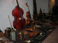 Festeggiamenti in onore di Maria Santissima dei Miracoli - All'interno del Castello dei Conti di Modica: mostra Strumenti musicali multietnici a cura di Fausto Cannone - 21 giugno 2005  - Alcamo (1437 clic)