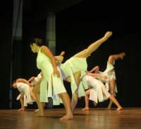 presso il Teatro Cielo d'Alcamo, il Saggio di danza, diretto da Rosanna Stabile - ARTE LIBERA - I Colori del mondo: LA PACE (foto 106)- 16 giugno 2007  - Alcamo (1028 clic)