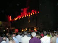 Festeggiamenti in onore di Maria Santissima dei Miracoli - Piazza Castello: Scenografie pirotecniche - 20 giugno 2005  - Alcamo (1557 clic)