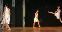 presso il Teatro Cielo d'Alcamo, il Saggio di danza, diretto da Rosanna Stabile - ARTE LIBERA - I Colori del mondo: LA PACE (foto 108)- 16 giugno 2007  - Alcamo (962 clic)