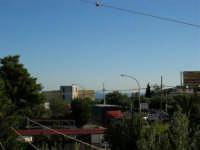 Una di quelle giornate con l'aria così tersa, che è possibile vedere l'Isola di Ustica (tra la casa gialla ed il palo) - 17 agosto 2005  - Alcamo (1679 clic)