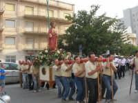 Festa del Sacro Cuore: dal viale Europa la processione si snoda lungo la via Vittorio Veneto - 15 giugno 2007  - Alcamo (1272 clic)