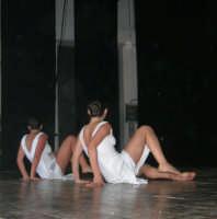 presso il Teatro Cielo d'Alcamo, il Saggio di danza, diretto da Rosanna Stabile - ARTE LIBERA - I Colori del mondo: LA PACE (foto 110)- 16 giugno 2007  - Alcamo (974 clic)