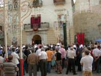 Festeggiamenti in onore di Maria SS. dei Miracoli - Patrona di Alcamo - Piazza Ciullo - Il Corteo incontra le Autorità per il cerimoniale della Calata - 20 giugno 2006   - Alcamo (1174 clic)