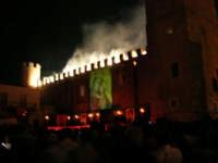 Festeggiamenti in onore di Maria Santissima dei Miracoli - Piazza Castello: Scenografie pirotecniche - 20 giugno 2005    - Alcamo (1747 clic)