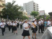 Festa del Sacro Cuore: dal viale Europa la processione si snoda lungo la via Vittorio Veneto, seguita dal Premiato Complesso Bandistico Città di Alcamo - 15 giugno 2007  - Alcamo (1503 clic)