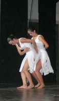 presso il Teatro Cielo d'Alcamo, il Saggio di danza, diretto da Rosanna Stabile - ARTE LIBERA - I Colori del mondo: LA PACE (foto 113)- 16 giugno 2007  - Alcamo (953 clic)