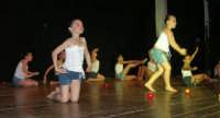 presso il Teatro Cielo d'Alcamo, il Saggio di danza, diretto da Rosanna Stabile - ARTE LIBERA - I Colori del mondo: LA PACE (foto 119)- 16 giugno 2007  - Alcamo (1117 clic)