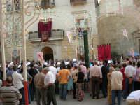 Festeggiamenti in onore di Maria SS. dei Miracoli - Patrona di Alcamo - Piazza Ciullo - Il Corteo incontra le Autorità per il cerimoniale della Calata - 20 giugno 2006    - Alcamo (1379 clic)