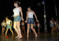 presso il Teatro Cielo d'Alcamo, il Saggio di danza, diretto da Rosanna Stabile - ARTE LIBERA - I Colori del mondo: LA PACE (foto 121)- 16 giugno 2007  - Alcamo (1077 clic)
