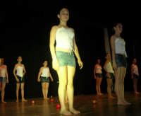 presso il Teatro Cielo d'Alcamo, il Saggio di danza, diretto da Rosanna Stabile - ARTE LIBERA - I Colori del mondo: LA PACE (foto 122)- 16 giugno 2007  - Alcamo (983 clic)