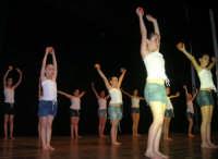 presso il Teatro Cielo d'Alcamo, il Saggio di danza, diretto da Rosanna Stabile - ARTE LIBERA - I Colori del mondo: LA PACE (foto 125)- 16 giugno 2007  - Alcamo (939 clic)