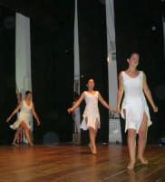 presso il Teatro Cielo d'Alcamo, il Saggio di danza, diretto da Rosanna Stabile - ARTE LIBERA - I Colori del mondo: LA PACE (foto 127)- 16 giugno 2007  - Alcamo (962 clic)