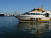 Il porto: arriva l'aliscafo - 2 agosto 2005   - Trapani (1501 clic)