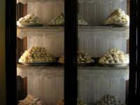 Vetrina con esposizione di dolci tipici - 2 agosto 2005  - Erice (4270 clic)