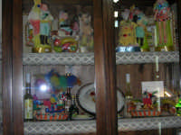 Vetrina con esposizione di pupi di zuccaru, agnelli pasquali di pasta di mandorle ed altri prodotti tipici - 2 agosto 2005  - Erice (5437 clic)