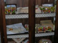 Vetrina con esposizione di frutta marturana ed agnelli pasquali di pasta di mandorle - 2 agosto 2005  - Erice (8214 clic)
