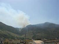 Il Monte Inici brucia! Il canader, impegnato nell'opera di spegnimento dell'incendio, si dirige verso il mare per fare rifornimento d'acqua - 23 giugno 2006   - Castellammare del golfo (1060 clic)
