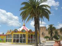 visita alla città - una giostra in Piazza Angelo Scandaliato - 25 aprile 2008   - Sciacca (1304 clic)