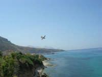 Il Monte Inici brucia! il canader, impegnato nell'opera di spegnimento dell'incendio, sta dirigendosi verso il mare per fare rifornimento d'acqua - 23 giugno 2006     - Castellammare del golfo (1096 clic)