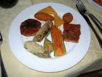C.da Valle Nuccio - Ristorante Lo Sperone - antipasto: pomodoro secco, zucchina, carciofo, melanzana, fiore di zucca ripieni, panelle, arancina, crocchetta di patate e sformato di carne a mo' di sfincione, una vera prelibatezza! - 19 febraio 2006  - Alcamo (2749 clic)
