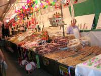 Festeggiamenti in onore di Maria SS. dei Miracoli - Patrona di Alcamo - via Mazzini (l'acchianata di lu Cullegiu)- Le bancarelle del torrone, mandorle ed altre leccornie - 19 giugno 2006  - Alcamo (1121 clic)