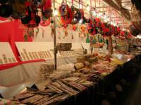 Festeggiamenti in onore di Maria SS. dei Miracoli - Patrona di Alcamo - via Mazzini (l'acchianata di lu Cullegiu)- Le bancarelle del torrone, mandorle ed altre leccornie - 19 giugno 2006   - Alcamo (1393 clic)