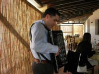 C.da Valle Nuccio - Al ristorante Lo Sperone Carlo Vaiasuso, alcamese, suona la fisarmonica: è stato un vero piacere ascoltarlo. A lui i nostri complimenti! - 19 febbraio 2006  - Alcamo (1652 clic)