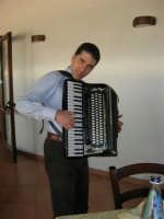 C.da Valle Nuccio - Al ristorante Lo Sperone Carlo Vaiasuso, alcamese, suona la fisarmonica: è stato un vero piacere ascoltarlo. A lui i nostri complimenti! - 19 febbraio 2006   - Alcamo (3561 clic)