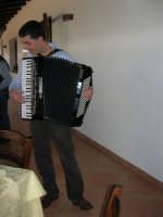 C.da Valle Nuccio - Al ristorante Lo Sperone Carlo Vaiasuso, alcamese, suona la fisarmonica: è stato un vero piacere ascoltarlo. A lui i nostri complimenti! - 19 febbraio 2006  - Alcamo (2463 clic)